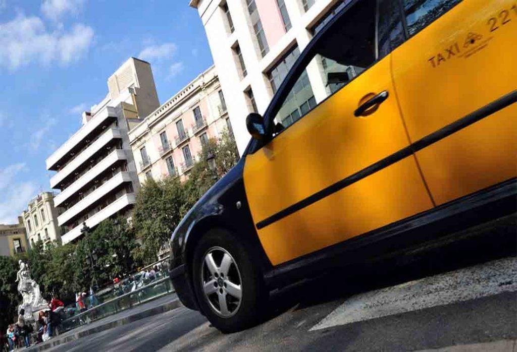El taxi de Barcelona combate a las VTC ofreciendo precio cerrado