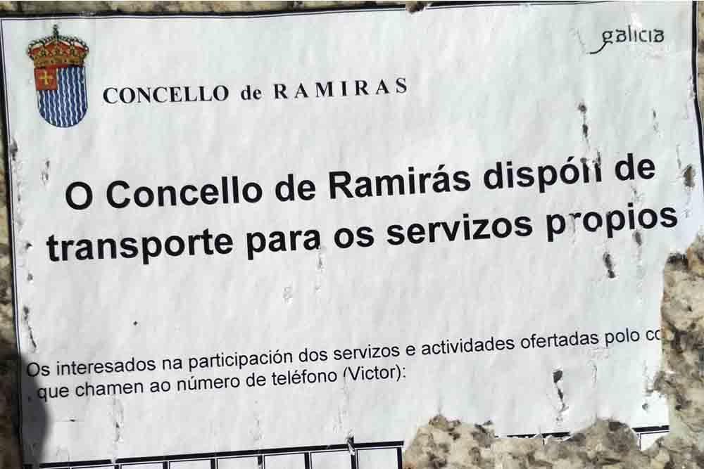 En Ramirás (Ourense), una furgoneta del Ayuntamiento trabaja como si fuese un taxi