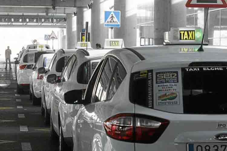 La nueva normativa del taxi de Elche incluye la precontratación de 1 hora para los VTC