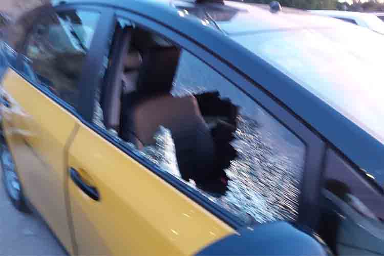 Los manifestantes de Barcelona también destrozan los taxis