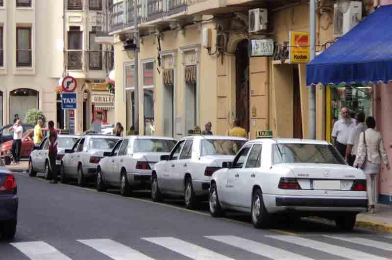 Los taxistas de Melilla piden sancionar a los usuarios de los coches pirata