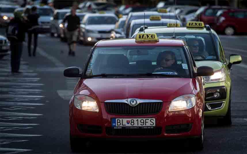 Los taxistas eslovacos realizan una marcha lenta de Petržalka a Lamač