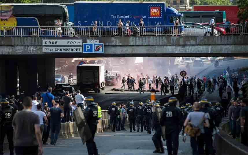 Los taxistas franceses bloquean la carretera de circunvalación de París