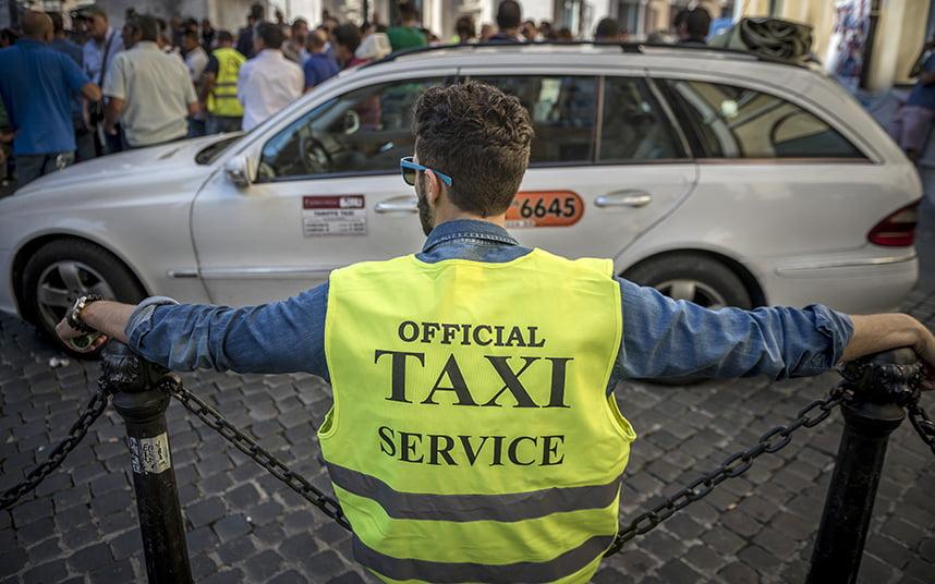 Los taxistas protestan contra Uber en la Plaza Montecitorio de Roma