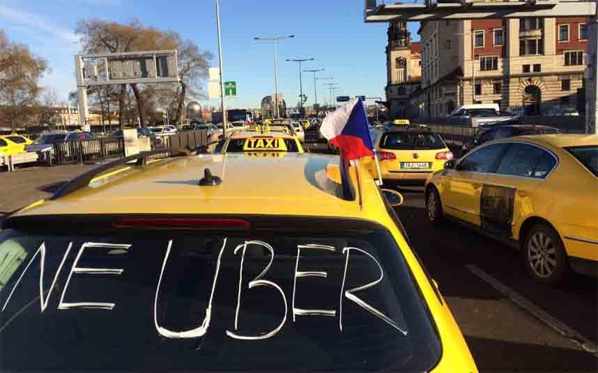 Protesta de los taxistas en Praga para que Uber cumpla la ley