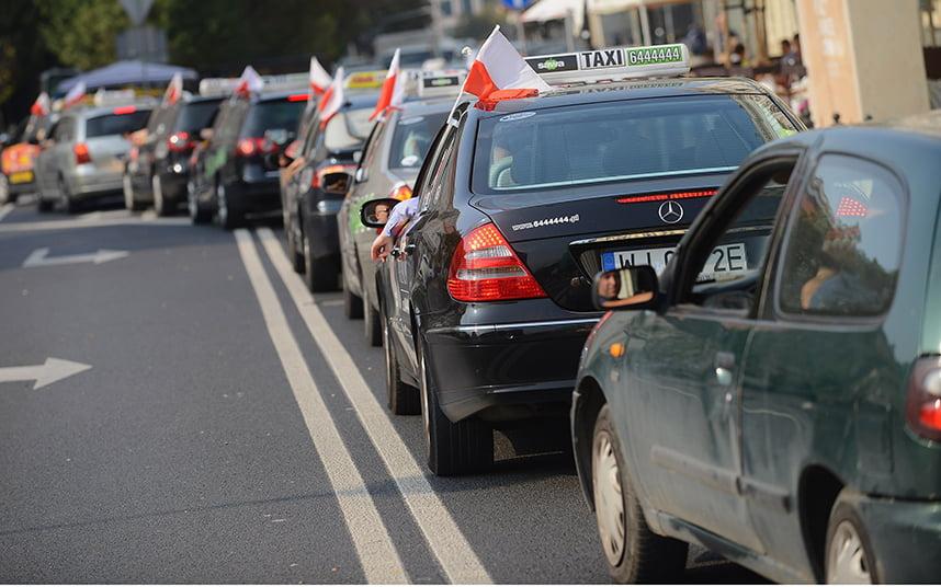 Protesta de los taxistas en el centro de Varsovia