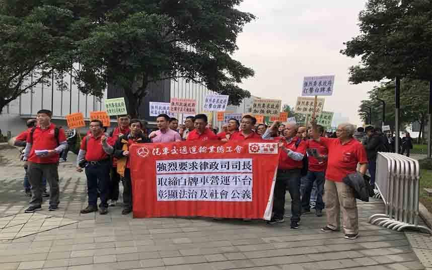 Taxistas de Hong Kong se dirigen a Justice Place para protestar contra Uber
