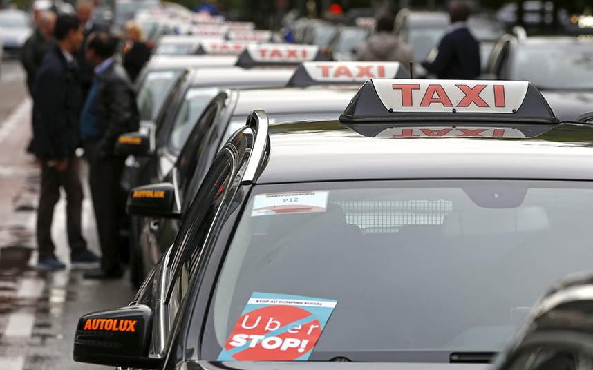 Taxistas de toda Europa en una protesta contra Uber en Bélgica
