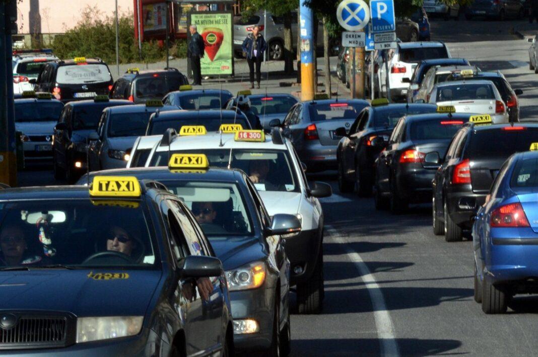 Taxistas eslovacos bloquean el centro de Bratislava en protesta contra Uber