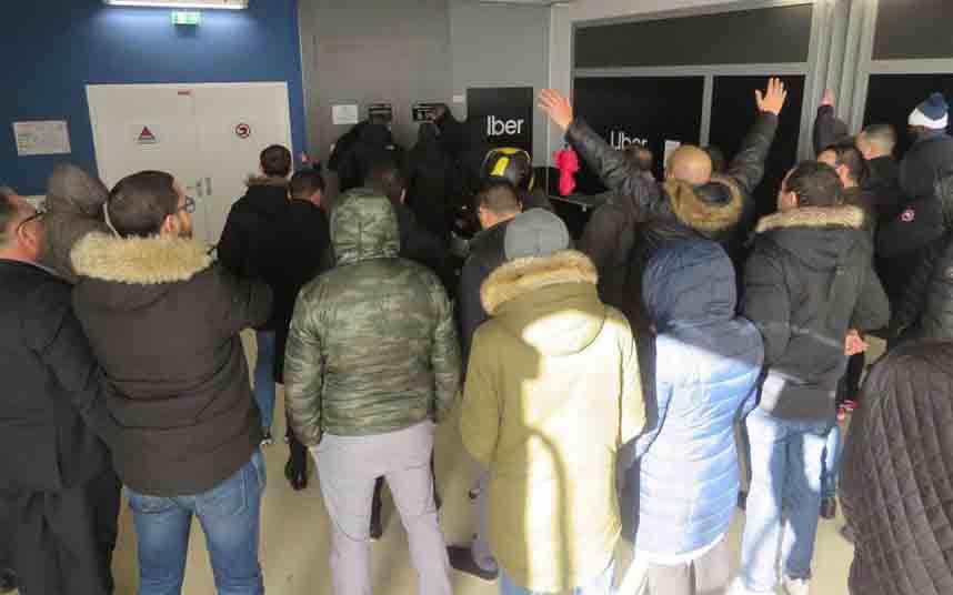 Conductores de Uber bloquean las oficinas en Aubervilliers (Francia)