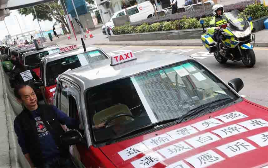 Los taxistas de Hong Kong realizan una marcha lenta contra Uber