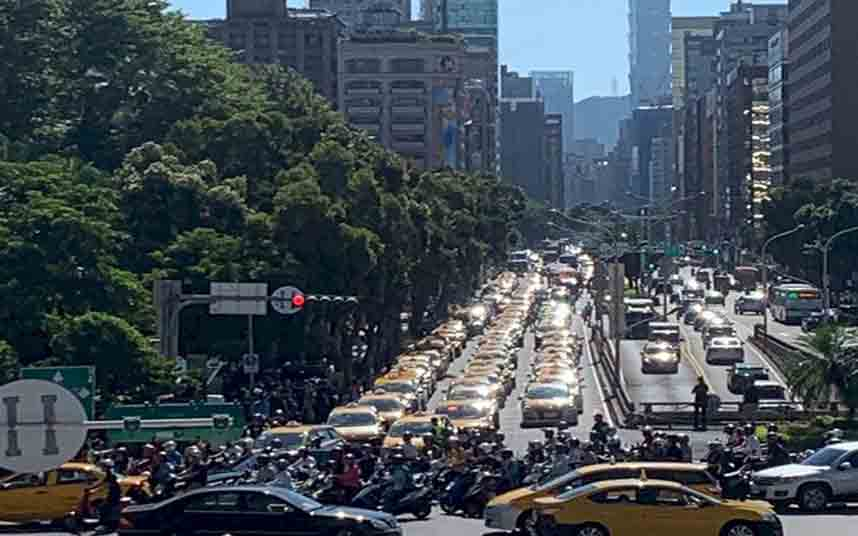 Los taxistas de Taiwan se vuelven a manifestar contra Uber en Taipei
