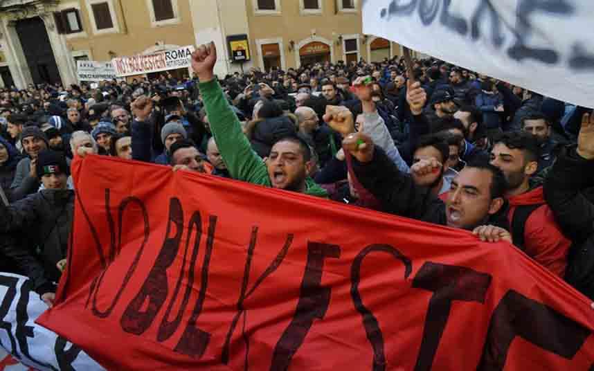 Los taxistas italianos se manifiestan contra Uber en Roma
