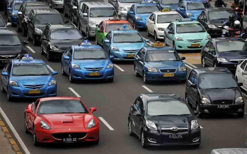 Los taxistas salen a la calle en Bandung contra Uber