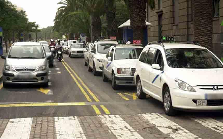 Los taxistas tinerfeños protestan en Santa Cruz contra Uber