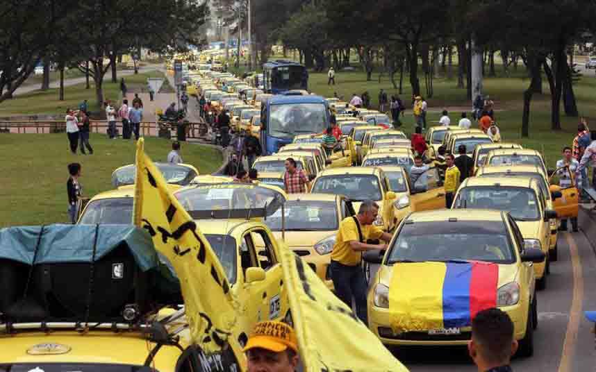 Protesta de taxistas contra Uber colapsa el tráfico en Bogotá