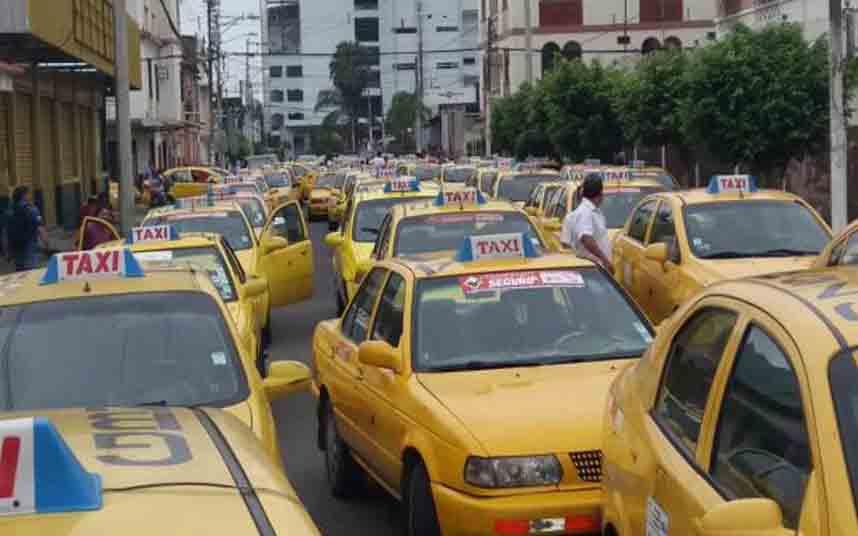 Taxistas bloquean las calles de Guayaquil en protesta contra Uber