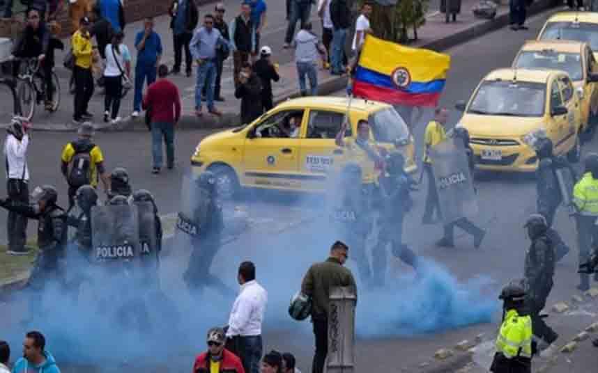Taxistas de Bogotá bloquean calles en protesta contra Uber