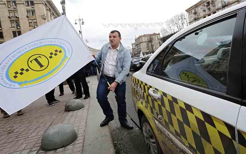 Taxistas ucranianos protestan en Kiev por la entrada de Uber
