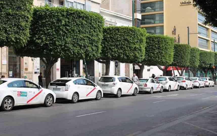 El ayuntamiento realizará mantenimiento en las 28 paradas de taxi de Almería
