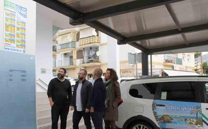 Instalan paneles informativos con tarifas en las paradas de taxi de Mijas