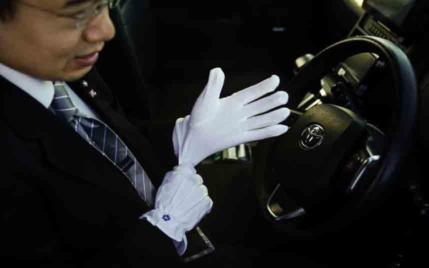 Los taxistas de Tokio con traje, corbata y guantes blancos