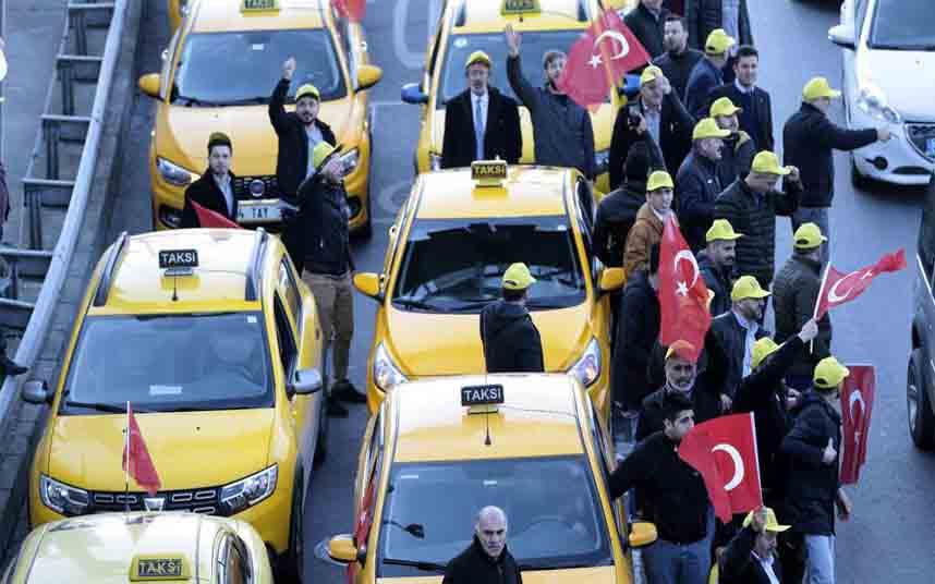 Los taxistas turcos se manifiestan en las calles de Estambul contra Uber