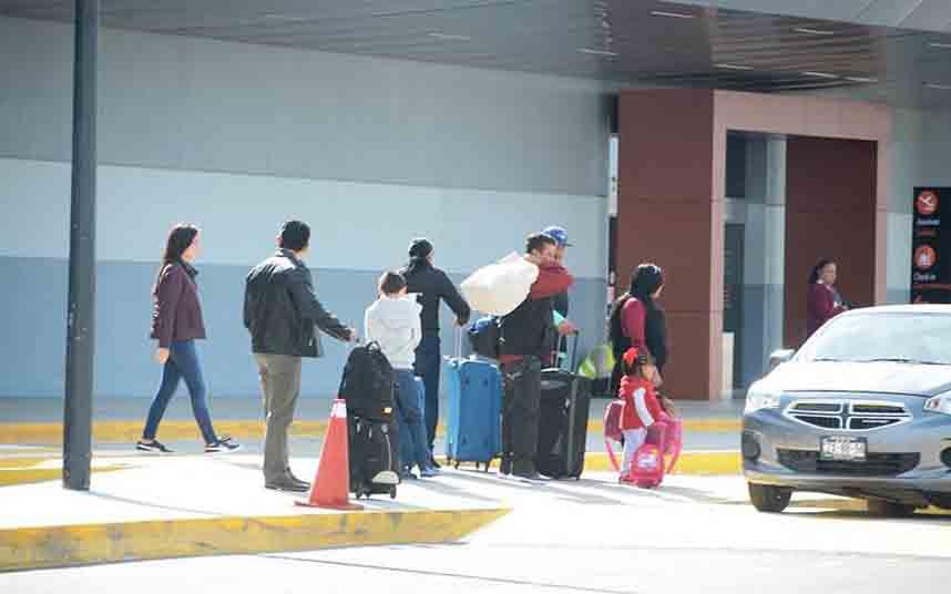 Controles a los conductores de Uber en el Aeropuerto de La Paz (México)