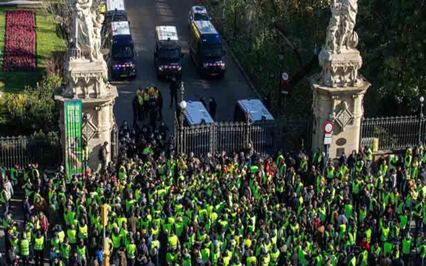 La Generalitat echa gasolina al fuego en medio de las negociaciones del taxi