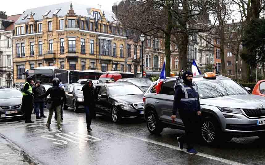 Los taxistas belgas protestan contra la Uberización en Bruselas