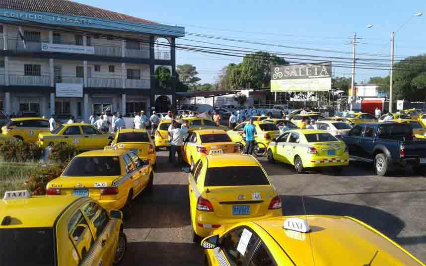 Los taxistas panameños protestan ante la Gobernación de Veraguas