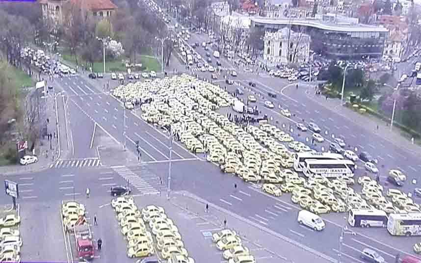 2.000 taxis bloquean la Plaza Victoriei de Bucarest en Rumanía, en protesta contra Uber y Bolt