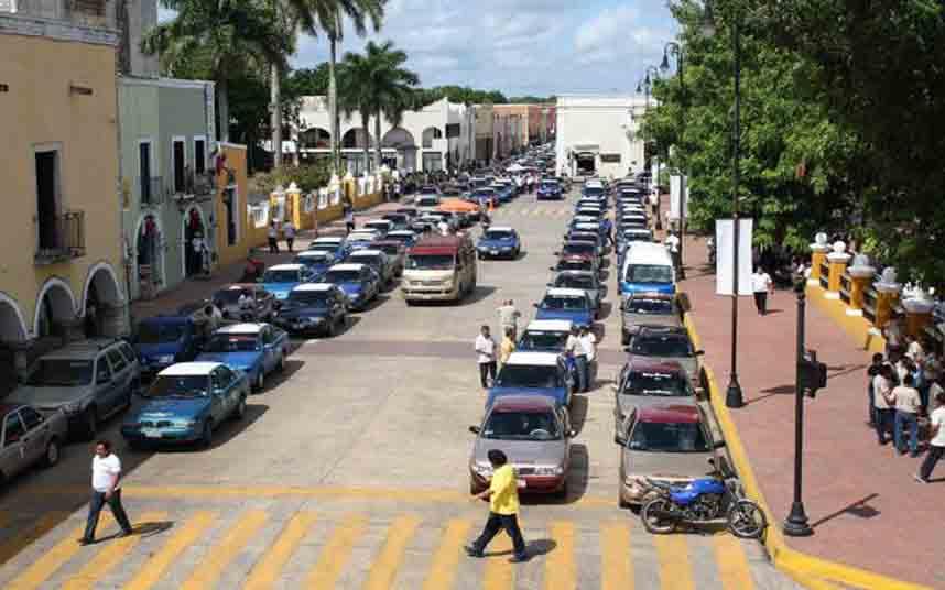 Los taxistas de Valladolid (México) protestan contra Uber