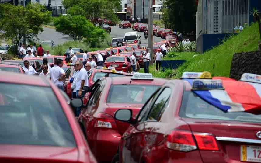 Uber ha hecho que 450 taxistas en Costa Rica devolviesen las licencias al Estado