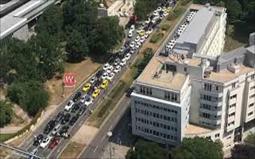 Más de 1000 taxistas austriacos se manifiestan contra Uber en Viena