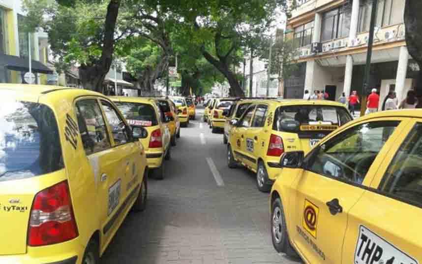 Paro de 12 horas de los taxistas de Neiva (Colombia) apoyados por los conductores de bus
