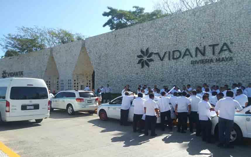 Protesta de los taxistas ante el Hotel Vidanta de Riviera Maya por trabajar con piratas