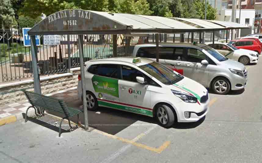 Un individuo golpea a un taxista en Granada para robarle el monedero y el móvil