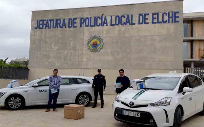 El Ayuntamiento de Elche entrega 2500 mascarillas a los taxistas