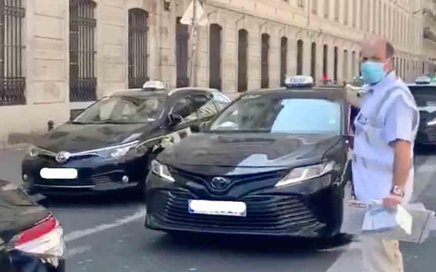 El sindicato de taxis francés entrega mascarillas a los taxistas