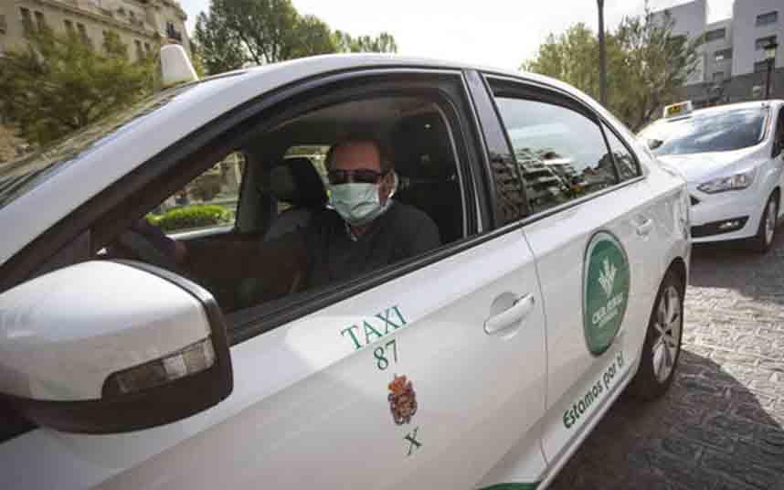 El Ministerio de Transportes reparte mascarillas las mascarillas a los taxistas andaluces