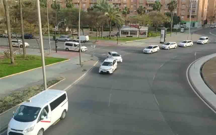Los taxistas de Almería homenajean a los sanitarios en Torrecárdenas