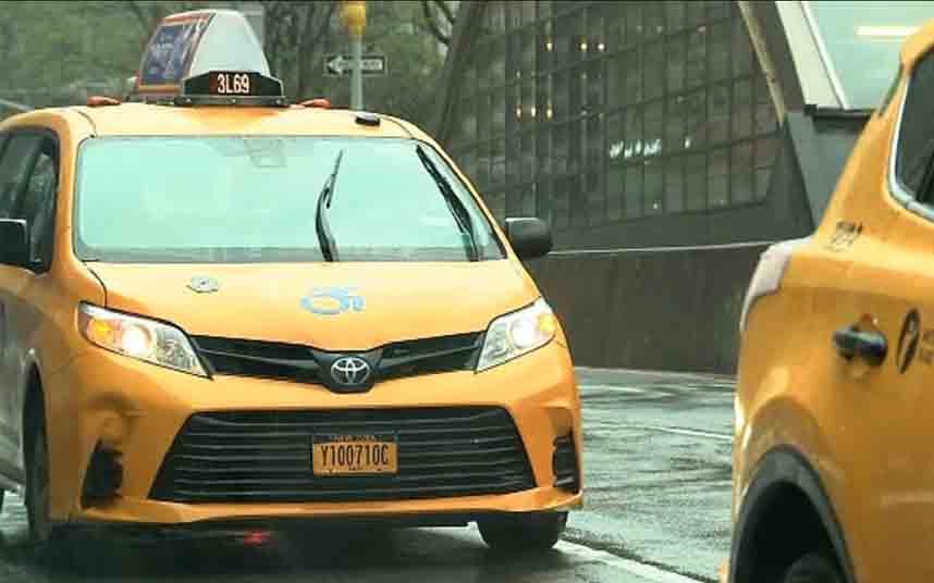 Los taxistas de Nueva York que entregan comida gratis a los confinados percibirán un aumento de sueldo