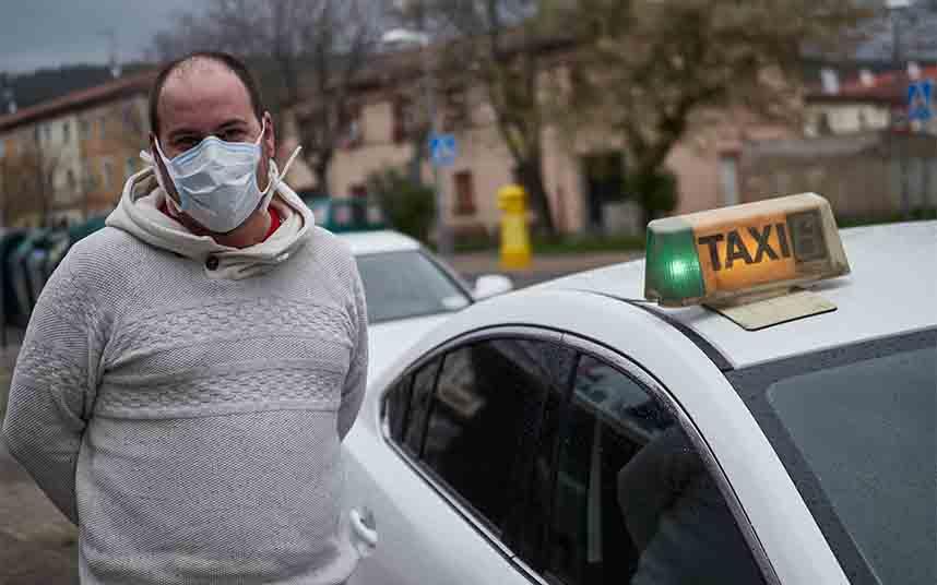 Los taxistas madrileños muestran su enfado por la nefasta gestión del reparto de mascarillas