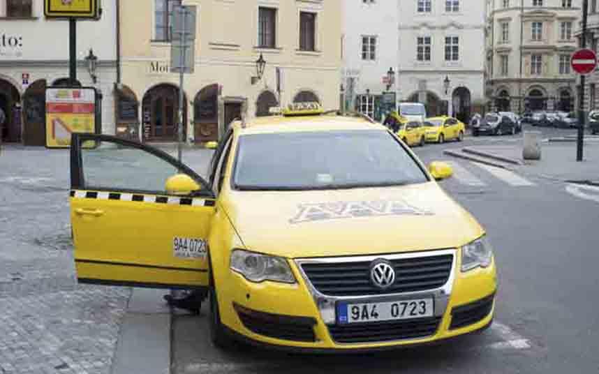 Algunos taxistas de Praga comienzan a instalar pantallas de protección en los taxis de Chequia