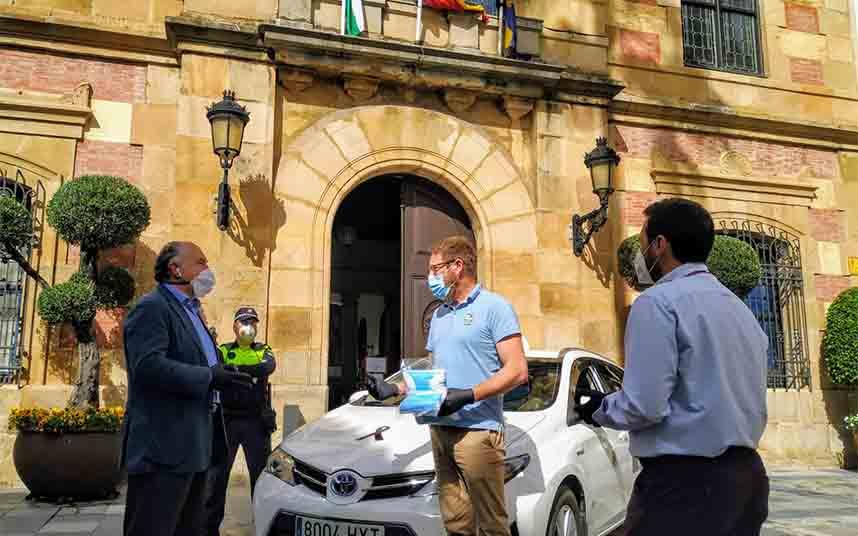 El Ayuntamiento reparte mascarillas a los usuarios y taxistas de Algeciras