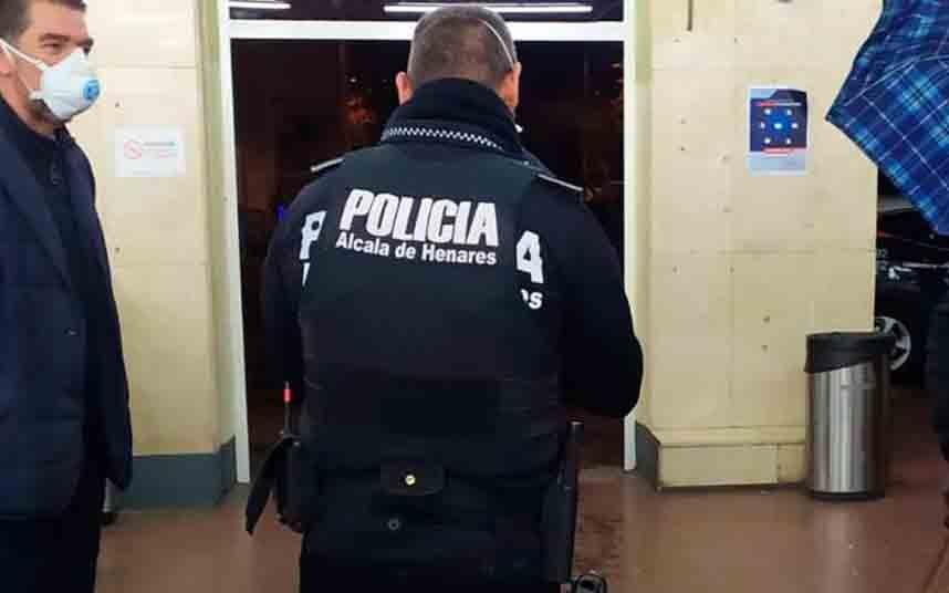 La Policía Local reparte mascarillas a los taxistas de Alcalá de Henares
