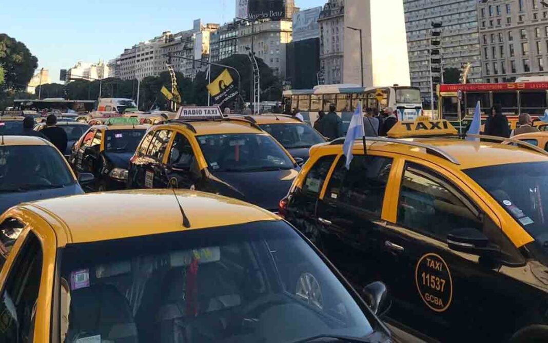 Protesta de los taxistas porteños contra Uber y Cabify por el transporte ilegal