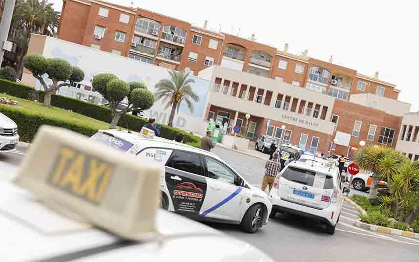El Ayuntamiento de l'Alfàs del Pi reparte mascarillas a los taxistas