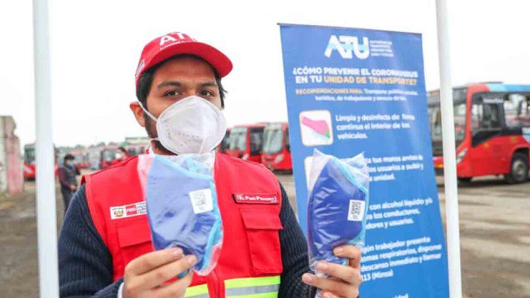 La Autoridad del Transporte de Perú entrega mascarillas a más de cien mil taxistas